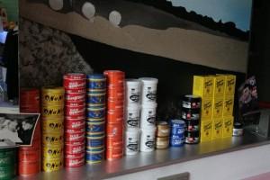 Die unterschiedlichen Pomadedosen sind nach Farben sortiert
