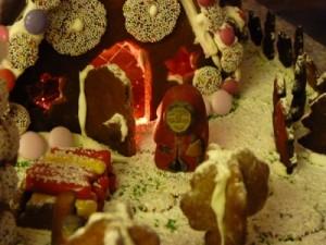 Die Hexe bewacht das mit Süßigkeiten verzierte Knusperhäuschen.