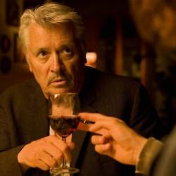 Pfarrer Gabriel (Henry Hübchen) lässt sein Wasser zu Wein verwandeln. (Foto: Warner Bros.)