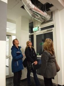 Kerstin Rieger (Gebäudemanagement), Sonja Kemler und Katrin Börstinghaus (Öffentlichkeitsarbeit) von der BLB (v.l.) bei der Begehung. Foto: Bastian Pietsch