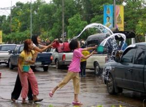 Wasserschlacht zum Neujahrsfest auf den Straßen von Thailand. Foto: piqs.de Manfred Schuetze. Some rights reserved
