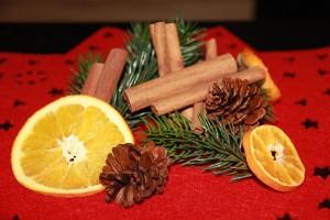 Orangenscheiben und Zimtstangen eignen sich auch als Streumaterial für einfach Tischdekorationen.