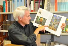 """Literaturprofessor Martin Stingelin weiß, dass Dürrenmatt nicht nur düstere Untergangsszenarien beschreibt, sondern auch malt: """"Schwarze Himmelfahrt"""" nennt sich dieses Werk. Foto: Anna Dörnemann"""