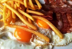 Eier sind nicht gefährlich fürs Herz, gesättigte Fettsäuren schon. Foto: Peter Smola/Pixelio.de