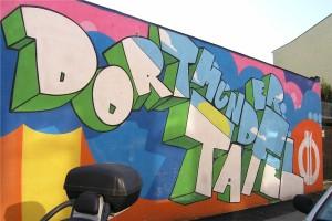 Bunte Graffiti zieren die Mauer, die das Gelände der Tafel umgibt. Ein Farbklecks in grauer Umgebung. Fotos: Nadia Hapke/ Elena Bernard