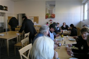 Vor dem Verkauf können die Ehrenamtlichen sich in der Mitarbeiterküche stärken. Fotos: Elena Bernard/ Nadia Hapke