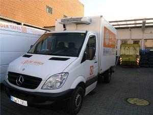 Mit acht Kühlfahrzeugen holen Mitarbeiter der Tafel Lebensmittel von den Spendern ab.