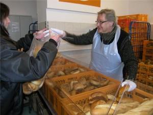 Alle Lebensmittel im Laden werden von ehrenamtlichen Helfern verteilt. Je mehr Personen ein Bedürftiger mitversorgen muss, desto mehr Lebensmittel bekommt er.