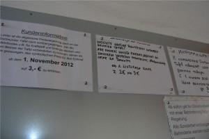 In verschiedenen Sprachen wird auf die Preiserhöhung hingewiesen. Nicht alle Kunden der Tafel sprechen Deutsch.