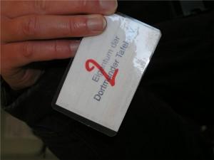 Die rote Zahl auf der Rückseite des Tafelausweises gibt an, wie viele Personen der Ausweisinhaber mitversorgt. Mit über 3 000 Ausweisen versorgt die Tafel so rund 7 000 Personen.