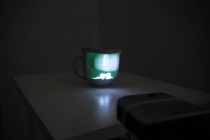 Projektion auf Porzellantasse: Eine von vielen Videoinstallationen