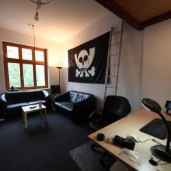 Der Sofa-Raum des Chaostreffs Dortmund mit Pesthörnchen-Flagge. Foto: CTDO.