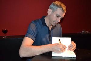 In der Pause signierte Kaminer seine Bücher. Im zweiten Teil nahm er sein Weinglas mit auf die Bühne.