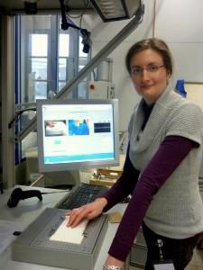 Sabrina Schreiner an ihrem Haptik-Versuchsstand. Foto und Teaserbild: Lisa Weitemeier