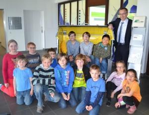 Hat Spaß an der Vorlesung: Professor Hoffjan mit den jungen Studenten. Fotos: Ewert