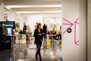 Das rosa Neontape begrenzt die einzelnen Stände. Fotos: Laura Möllemann, Teaserbild: Clare Devlin.