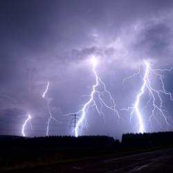 Blitze lassen es gewaltig krachen: Bis zu zehn Milliarden Joule setzen sie in einer Drittelsekunde frei. Foto: pixelio.de/Falk Blumel