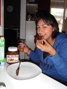 """Guten Appetit!"" Yesenia testet deutsche Nahrungsmittel."