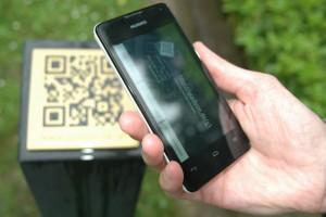 Ein Smartphone scannt den QR-Code von Henriette Davidis Grab ein. Fotos und Teaserbild: Lea von der Mosel
