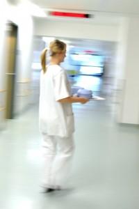 Für Krankenpfleger ist der Dreischichtbetrieb Alltag: mit Früh-, Spät- und Nachtschicht. Foto: JMG / pixelio.de