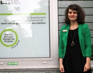 """""""Geld ist Bodenbereiter für die ökologische Landwirtschaft - wenn wir es gemeinsam dazu machen."""" Marijke Gerhart vor der Bochumer Filiale der GLS Bank."""