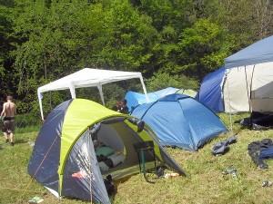 Tag 1 und strahlender Sonnenschein. Am Abreisetag stehen Zelte und Pavillons nicht mehr so stabil.