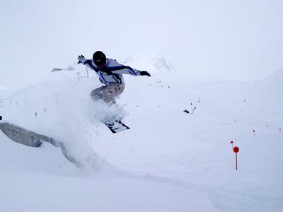 Tricks auf Snowboard kann man im Traum trainieren. Foto: pixelio.de/Paul Felgentreff