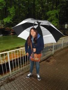 Dank des Regenschirms kann Yesenia trotz des deutschen Regenwetters lächeln. Foto: Tüch