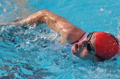 Eine Badekappe hilft Schwimmern, das Haar zu schonen. Fotos und Teaserbild: Pixelio