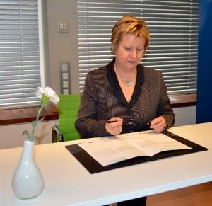 Sylvia Löhrmann, die stellvertretende Ministerpräsidentin des Landes NRW, unterzeichnete das Abkommen über die Bildungsinitiative im Mai. Fotos&Teaserbild: Larissa Pluschke