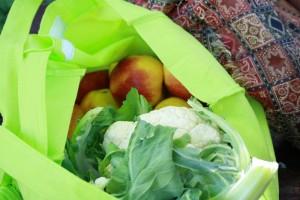 Tobi Rosswog lebt frei von Geld. Einkaufsbeutel, Markt, Apfel, Blumenkohl