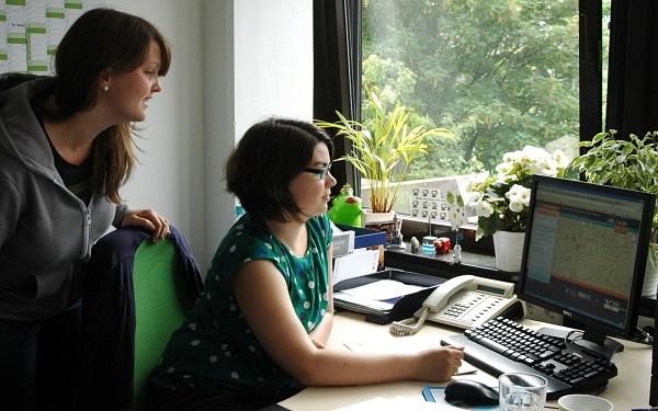 Sabrina Beutler und Magdalena Bichmann vom International Office der RUB wollen HousingAnywhere in Bochum bekannt machen.