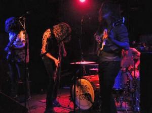 """Die Musiker von """"Mozes and the firstborn"""" schütteln ihre Haare zu Garagen-Indie mit 60er-Note und Surf-Einschlag."""