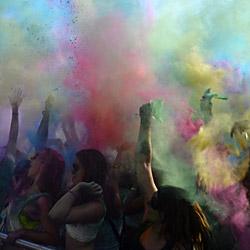Menschenmenge beim Holi Festival Of Colours. Foto: Paloma Lozano Gallego