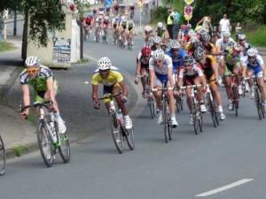 In Radsport-Rennen ist der Helm vorgeschrieben. Bald auch im Straßenverkehr? Foto: Dieter Schütz/pixelio.de; Teaserbild: CFalk/pixelio.de