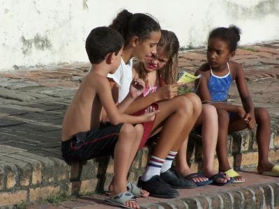 Lesende Kinder