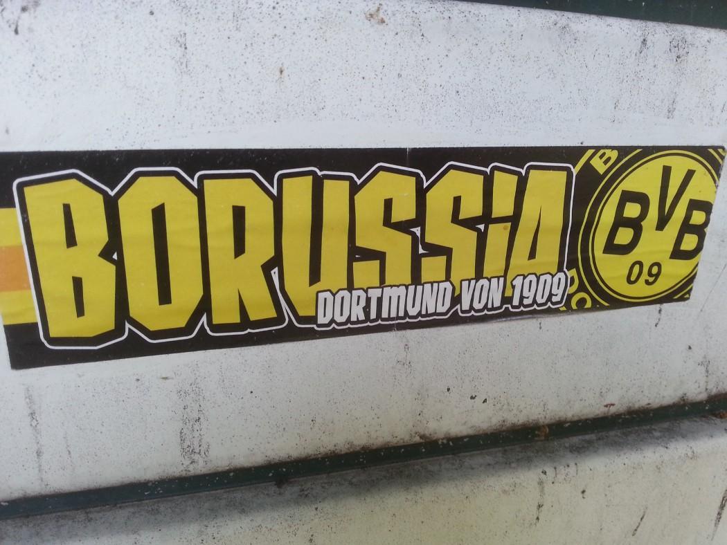 Stellvertretend für alle anderen Kleber: Auf Campus kommt man natürlich an Fußball und dem BVB nicht vorbei - zum Glück! Dieses schöne Exemplar befindet sich in der Nähe des Erich Brost-Hauses. (Foto: David Freches)