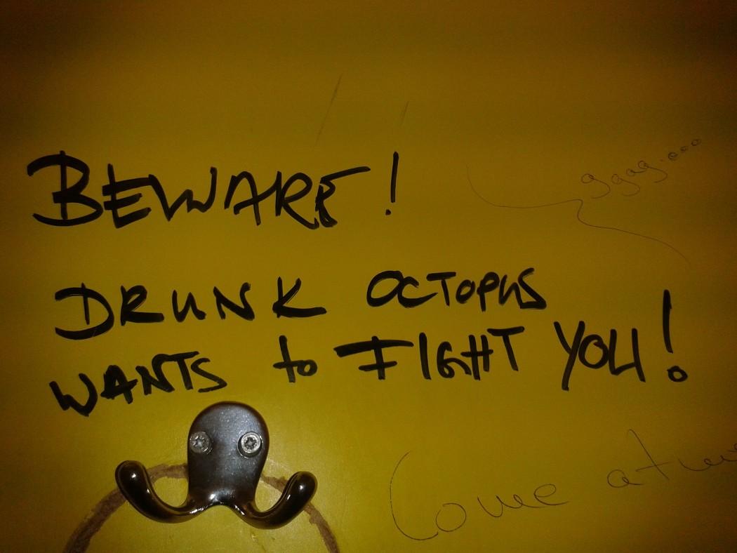 Scheint die Lage ausweglos, flüchten sich viele in den Alkohol. Lass Dich (nicht) hängen, Kollege! (Foto: Linda Hopius)