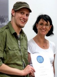 Andreas Maldai und Eva Ihnenfeldt bei der Zertifikatvergabe. Foto: