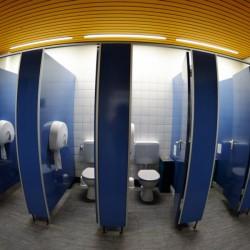 Nach dem Mensagang folgt häufig der Weg zur Toilette.