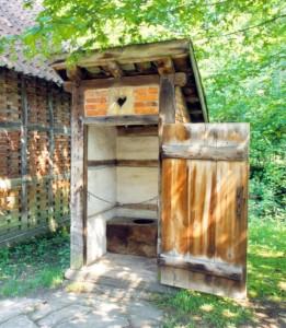 Ein Klo aus einer vergangenen Zeit. LWL-Freilichtmuseum Detmold, Foto: Redeker, 2008