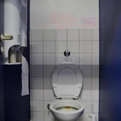Endlich mal eine Toilette mit Lektüre an der Wand! Thema hier: Abtreibung von Kindern.