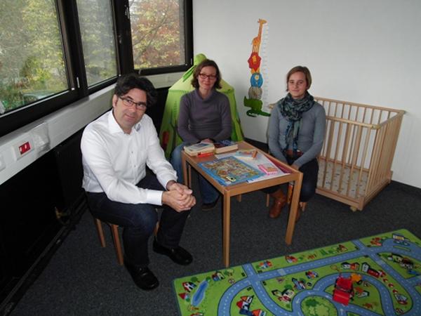 Dr. Joachim Kreische, Jeannette Kratz und Annika Kesting im Eltern-Kind-Raum. Foto: Lisa Tüch