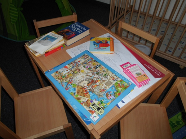 Puzzeln, malen, lesen - Langeweile gibt es nicht. Foto: Lisa Tüch