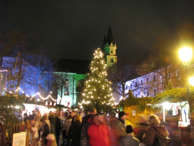 Selbstbewusst gegen den Strom laufen - so kommt man am schnellsten durch die träge Menschenmasse auf dem Weihnachtsmarkt. Foto: sven@e7o.de  / pixelio.de