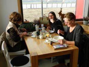 Gäste im Café (Foto:Julia Schindler)