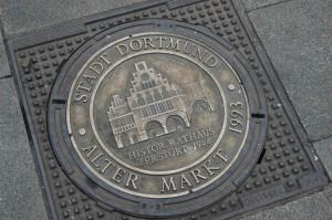 Die Gullydeckel auf dem Alten Markt: Ein letzter Hinweis auf das alte Rathaus, das seit dem 13. Jahrhundert das Bild des mittelalterlichen Zentrums von Dortmund prägte.