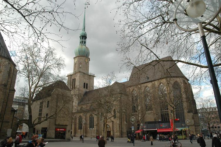 Die Reinoldi-Kirche im heutigen Stadtbild. Seit jeher ist sie ein zentraler Punkt in Dortmund - der imposante Bau und die Legende des Heiligen Reinoldus gaben vor über tausend Jahren der entstehenden Stadt ihre Identität.