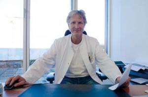 Der Dortmunder Lungenarzt Dr. Ronald Doepner in seiner Praxis an der Kampstraße.