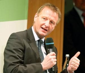 NRW-Innenminister Ralf Jäger (SPD) verteidigt die hohe Zahl der Einsatzkräfte. Foto: Fritzen